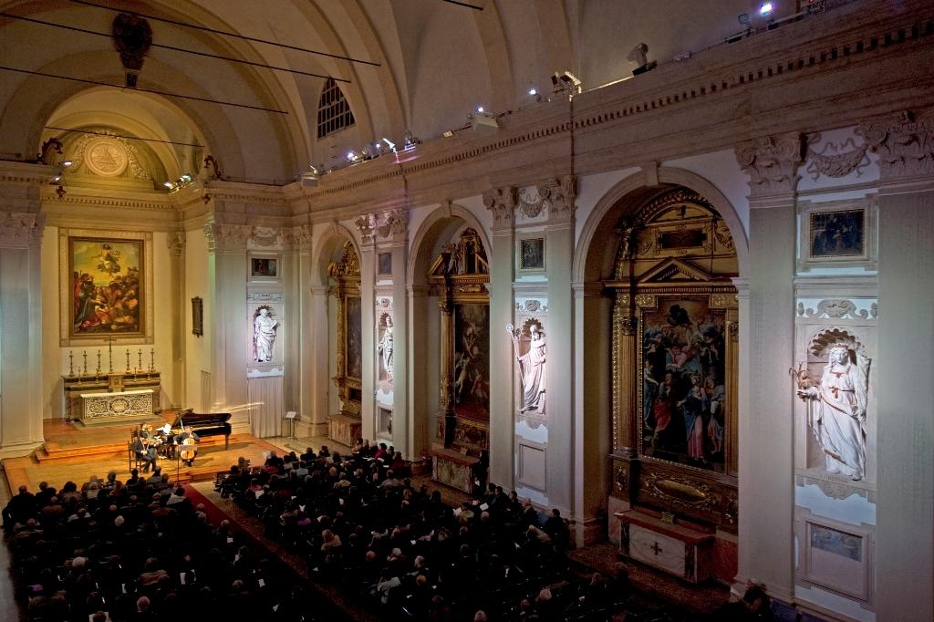 Bologna, Dicembre 2011 - Chiesa di Santa Cristina. La veduta della chiesa durante un concerto.